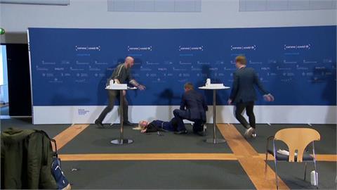 丹麥記者會宣布停打AZ疫苗 一旁官員突昏倒!