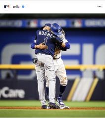 MLB/比賽中和貝茲深情相擁 光芒小將曝兩人緣分:他很特別