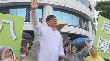 快新聞/颱風來還是要拚選戰! 陳其邁一早「穿雨衣」站路口拜票