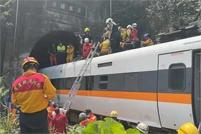 快新聞/太魯閣號出軌41死多人待援 他困第7節車廂「敲破玻璃爬出逃命」