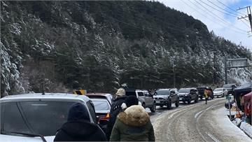 快新聞/思源埡口積雪已達10公分 追雪族沿路拍照欣賞美景
