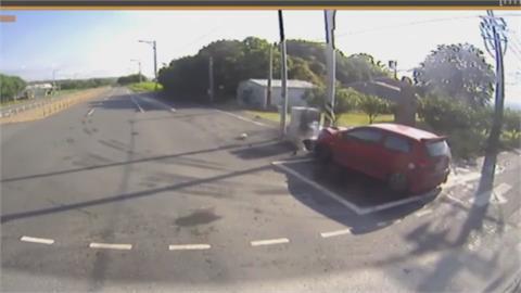 前方砂石車右轉 轎車誤判超車不慎自撞電桿