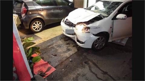 轎車把機車撞飛10米遠「下秒衝騎樓」 漢堡店洗手台首當其衝...2駕駛送醫