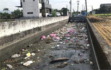 快新聞/臭氣沖天! 五結鄉溝渠被丟滿垃圾 水利會嘆:700頃稻田灌溉靠這條