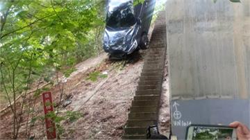 小客車衝出護欄翻5米高山坡 倒栽蔥卡樹叢2人獲救