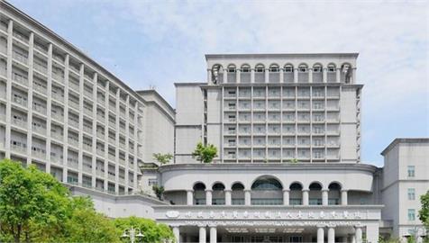 快新聞/男子到台北慈濟篩檢確診 出現「ICU症候群」脫衣奔出病房