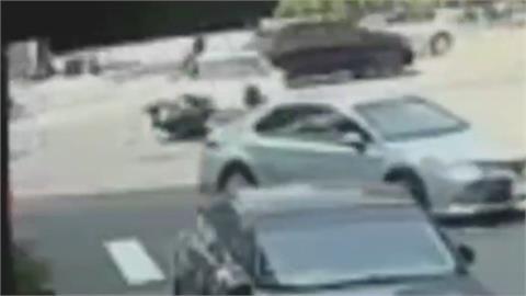 機車騎士遭左轉車撞彈飛送醫不治 父跪求行車畫面