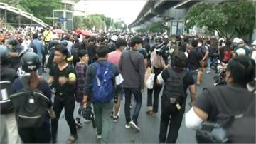 泰王在德治國惹議 反政府、保皇派赴使館抗議