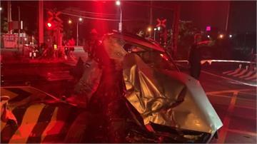 台鐵岡山段轎車闖平交道遭撞 所幸無人受傷