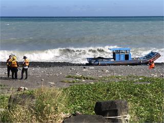 快新聞/台東大武海上膠筏遭大浪沖上岸 船員失蹤警消人員急尋