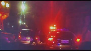 「再跑啊!」嫌開贓車衝撞警車再撞民眾車輛 丟下父親、女友棄車逃