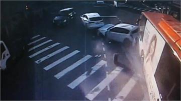 台中電動公車疑煞車失靈連撞5車造成5人傷
