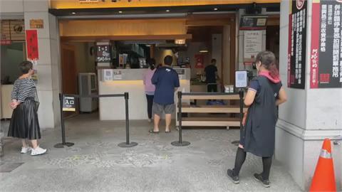 男子撿到一百元拾金不昧交給店家 老闆一看監視器劇情超展開