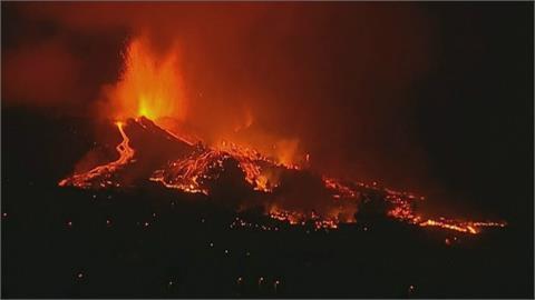 西班牙火山島噴發! 爆出巨型火山灰雲 岩漿波及住家 緊急撤離數千人