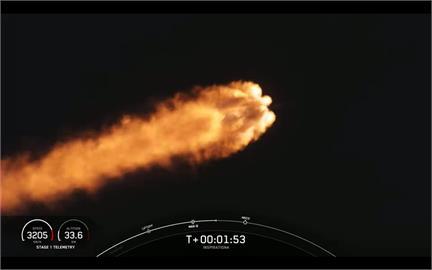 巨大火球劃破天際 SpaceX首載平民太空船升空