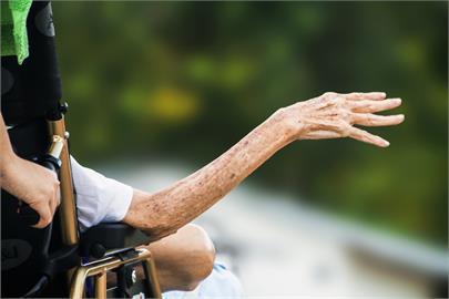 85歲爸爸心臟病亡!他南下奔喪遭罵「防疫破口」 網:回不回家兩難