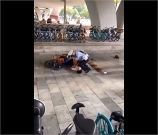 快新聞/廣州警察「膝壓」制伏電動車駕駛 遭質疑「我不能呼吸」中國版!