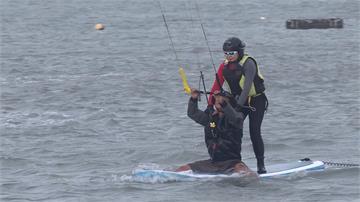 張麗善就職兩周年 下海體驗風箏衝浪