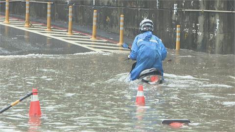 內湖水淹到大腿 汐止南陽街隧道口道口水淹半台車身