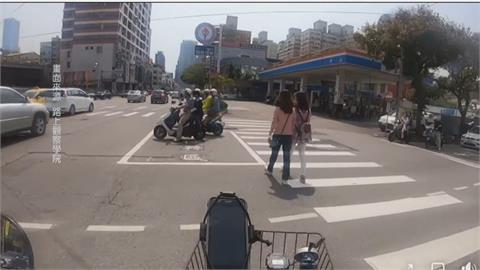 傻眼!路人聊太嗨竟走進「待轉區」 網笑翻:人車合一最高境界