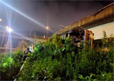 快新聞/台64線五股路段拖板車墜落高架! 駕駛拋飛車外命危