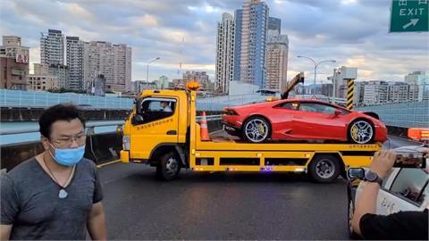 女子向友人借千萬超跑 自撞分隔島車頭全毀