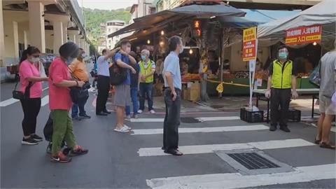 基隆成功、仁愛市場休市 民眾湧進華三街 市場緊急封街管制