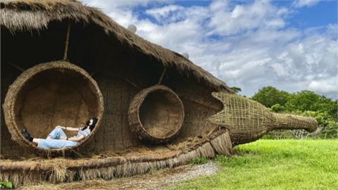 宜蘭新打卡點!藝術家攜手稻草編織耆老 豆莢幽浮降落傳藝