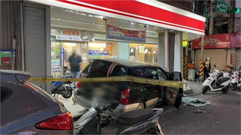 轟然巨響!男開車失控衝撞超商石柱副駕妻子重傷身亡 路人險遭波及