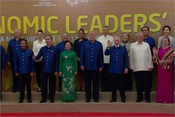 APEC晚宴前 21國領袖穿越南國服大合照