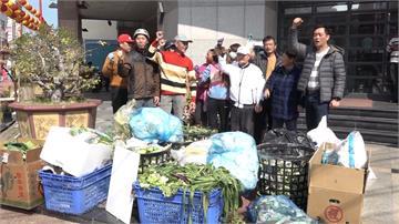 不滿農會停收垃圾 朴子市場攤商丟菜葉抗議