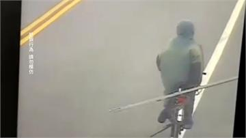 光天化日偷贓物變賣!男騎單車載走「比人還高」鐵門