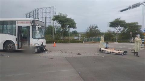 騎士疑闖紅燈迎撞公車「粉碎擋風玻璃」 7乘客嚇歪