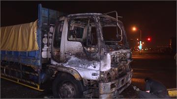 人咧?機車停路口中央大貨車深夜衰撞火燒車