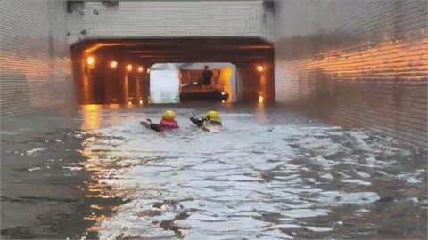 駕駛受困淹水地下道!  勇消雙手開划游入救人