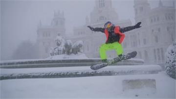 馬德里50年最深積雪 雪板高手街頭秀特技