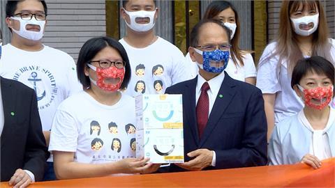 游錫堃挺公益 戴台灣首款透明口罩:解決聽障者問題