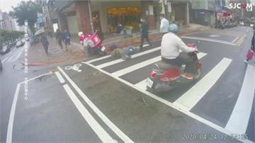 外送員搶快「牽車」過馬路 誤催油門撞倒行人