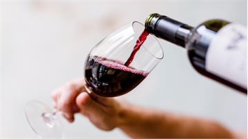你每天都習慣來一杯嗎? 研究:愈早接觸酒精愈容易成癮