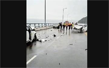 快新聞/年前事故! 金崙大橋2轎車猛力對撞  車頭粉碎性崩壞