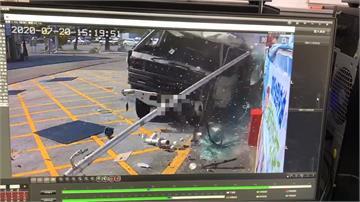 疑煞車失靈!大貨車撞進加油站 駕駛受困
