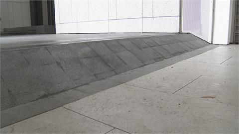 險!住戶防淹水墊高 騎樓高低差達24公分  高雄市建管處:整平改順平、加斜坡