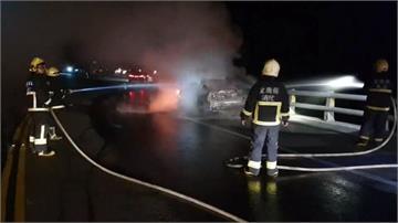 開車突聞到燒焦味 男下車查看 一瞬間陷火球