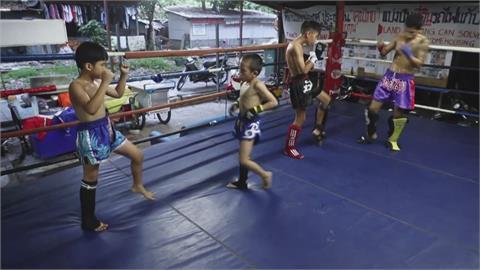 泰國9歲兒童拳擊手 為扛家計上擂台搏鬥
