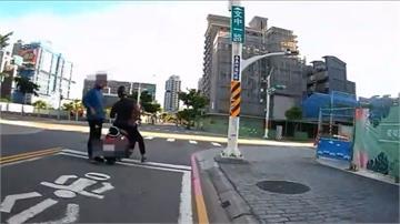 後座朋友下車做體操 通緝犯停紅燈時被逮