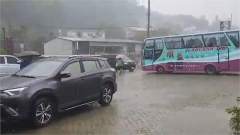 久旱甘霖!對流雲系發展旺盛屏東霧台降大雨 居民高興錄影分享