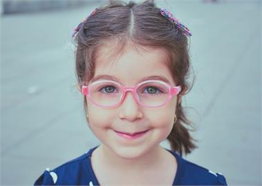 防疫生活對策 / 擔心線上教學讓孩子出現近視! 營養師推薦8大護眼營養素
