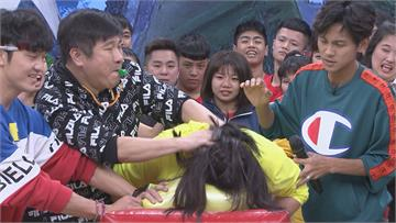 《綜藝大集合》經典遊戲「頭好撞撞」綜藝大哥居然胡瓜被壓頭撞氣球!郭婷筠拼命抵抗