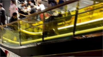 3歲童膠鞋遭百貨電梯夾住 緊急斷電助脫困