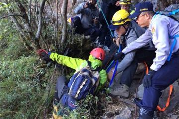 男子爬玉山跌落30米深邊坡 消防員垂降救人